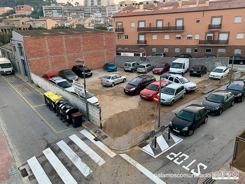 El solar del carrer de Conrad Pallí i Batet que llogarà l'Ajuntament per fer un aparcament.