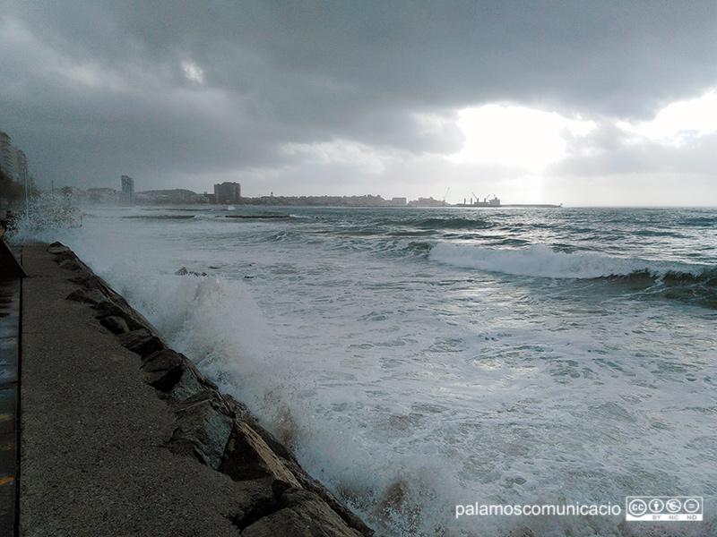 El temporal de mar aquest matí, al Passeig Josep Mundet de Sant Antoni de Calonge.