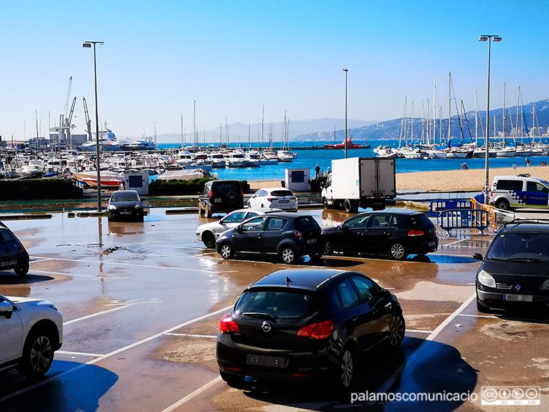 La Policia Local ha retirat cotxes de l'aparcament de la platja Gran.