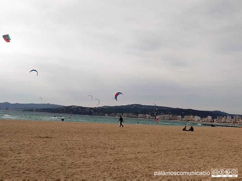 Amants del kite surf van aprofitar el vent que bufava ahir diumenge per practicar aquest esport a la badia de Palamós.