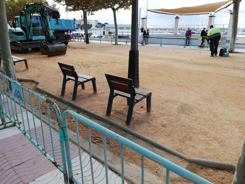 Inici de les obres davant l'escenari del passeig de Mar. (Foto: Ajuntament de Palamós).