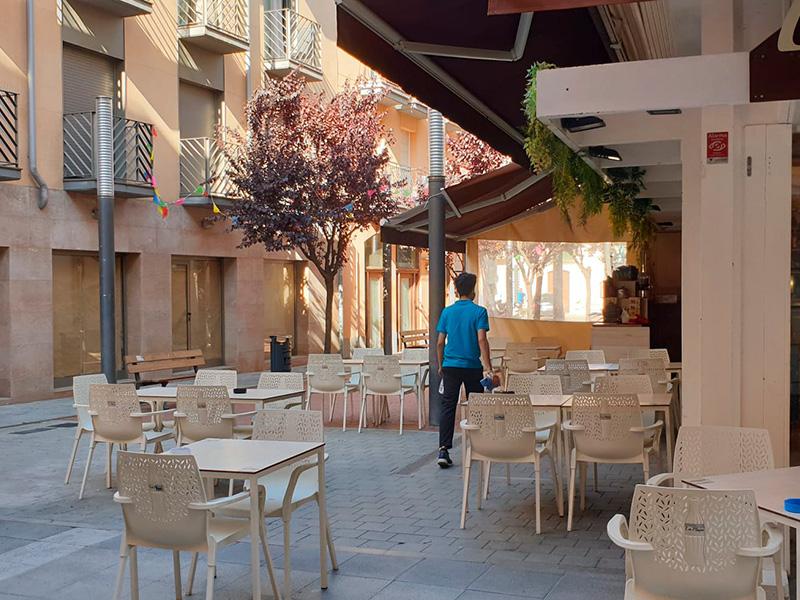 Terrassa amb les taules separades en un bar del centre de Palamós. (Foto: Ràdio Capital).