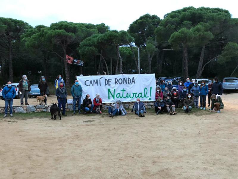 Concentració contra les obres del camí de ronda de Palamós. (Foto: SOS Costa Brava).