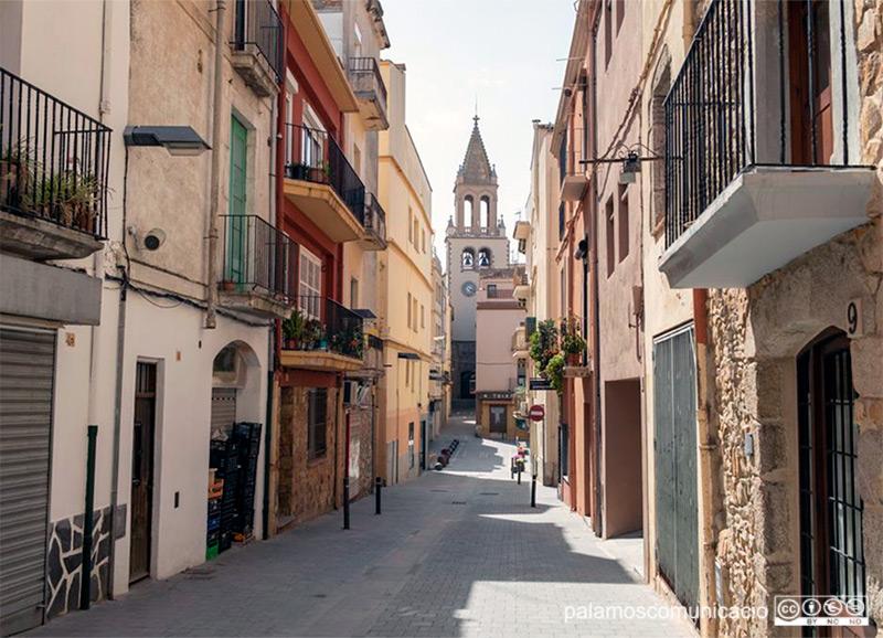 El carrer Molins de Palamós, un dels carrers que canvia el sentit de la circulació.