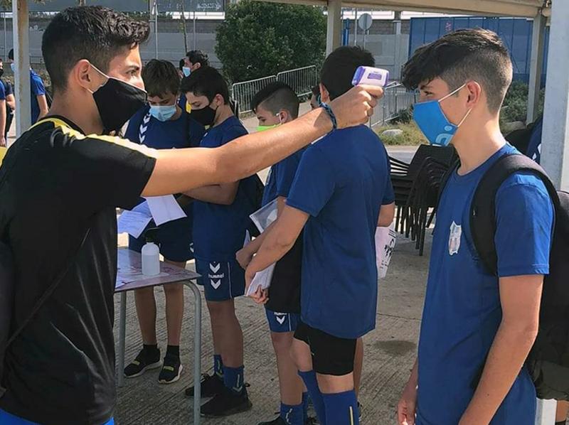 Jugadors de la Fundació Esportiva prenent-se la temperatura en la tornada als entrenaments el passat setembre. (Foto: FE Palamós).