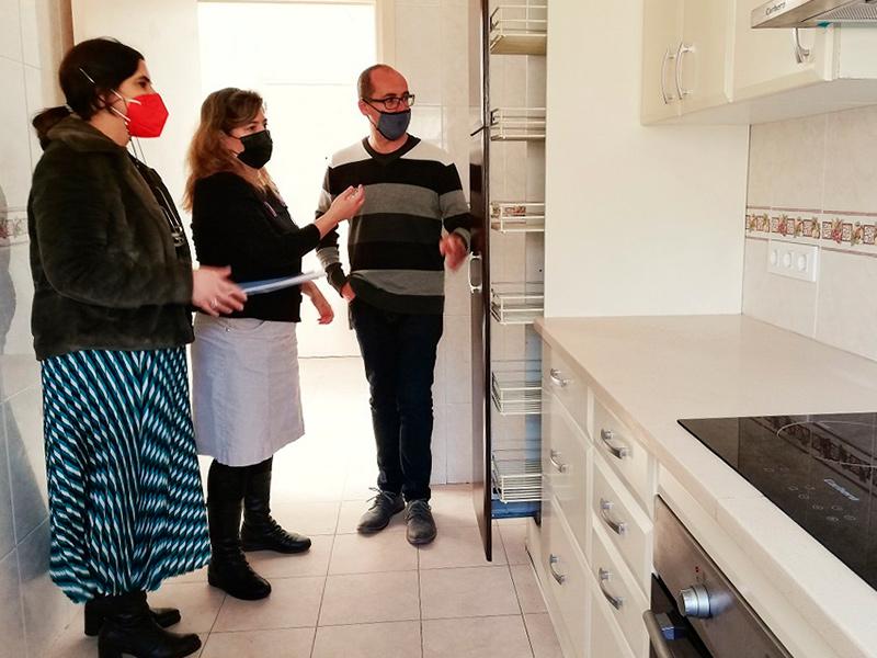 L'alcalde, la regidora d'Habitatge i la tècnica de l'Àrea d'Habitatge de l'Ajuntament, visitant un dels pisos. (Foto: Ajuntament de Palamós).