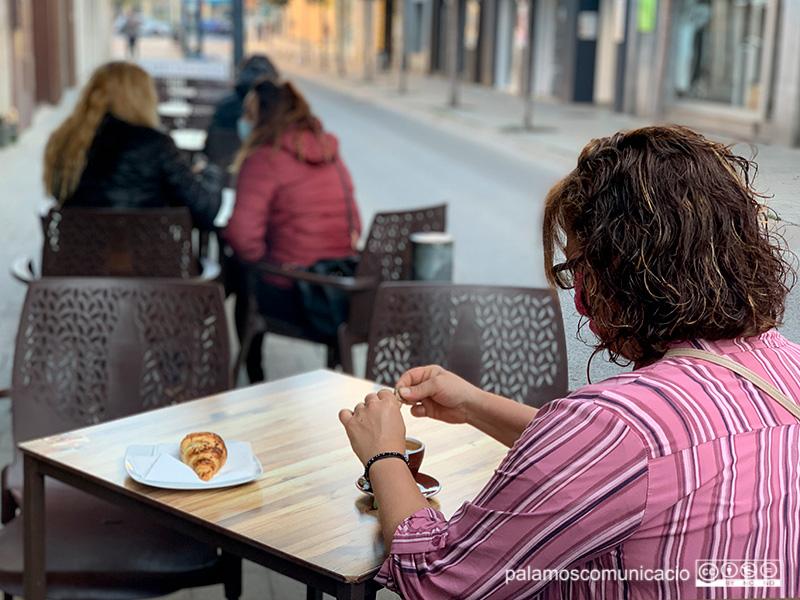 Gent  esmorzant, aquest matí, en la terrassa d'un bar de Palamós.