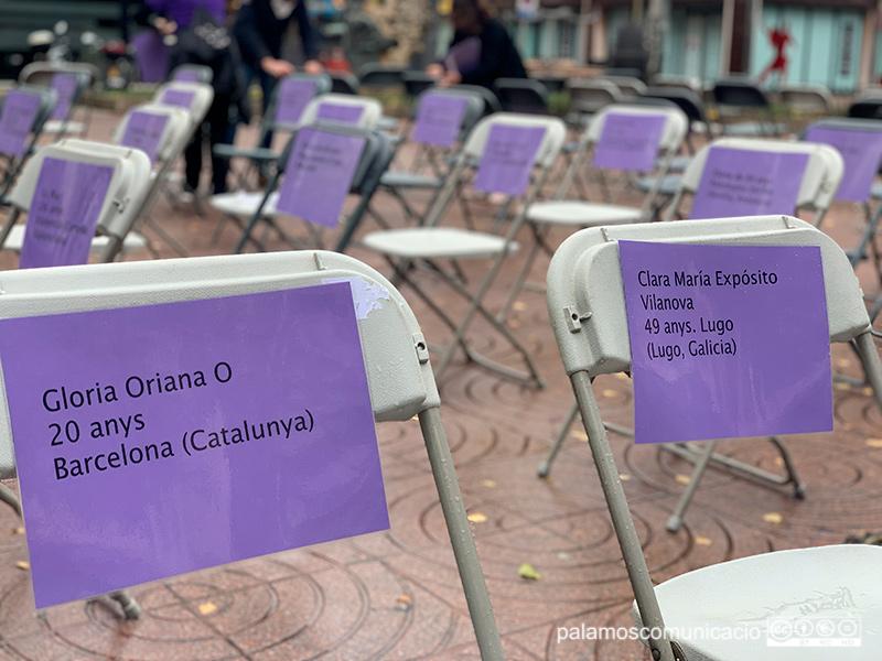 80 cadires buides escenifiquen avui a la Plaça de Catalunya les 80 dones assassinades aquest 2020 a l'Estat, víctimes de la violència masclista.