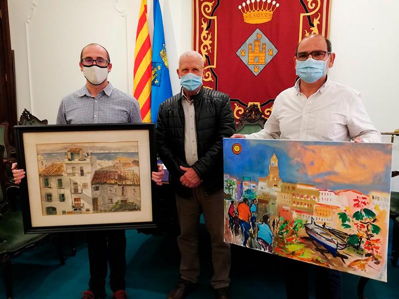 Francesc Mir, al centre, fa entrega dels dos quadres a l'alcalde de Palamós i al Tècnic de Patrimoni. (Foto: Ajuntament de Palamós).