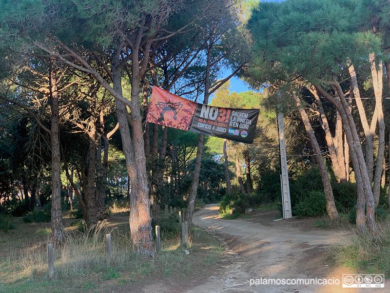 Una pancarta en contra de l'urbanització del tercer edifici de la Pineda d'en Gori, aquest matí.