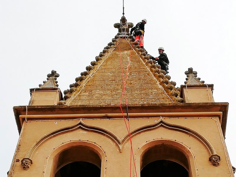 Operatis revisant la il·luminació nadalenca del campanar de l'església de Palamós. (Foto: Ajuntament de Palamós).