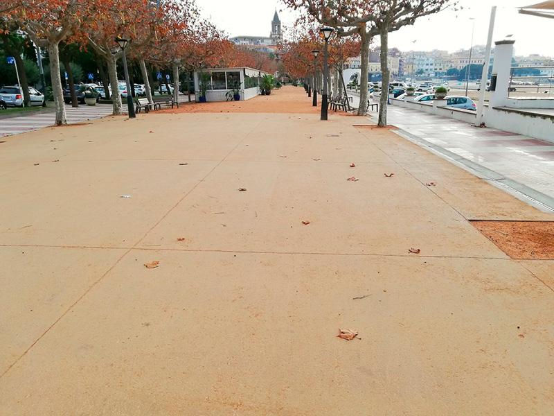 El nou paviment d'un tram del passeig del Mar de Palamós. (Foto: Ajuntament de Palamós).