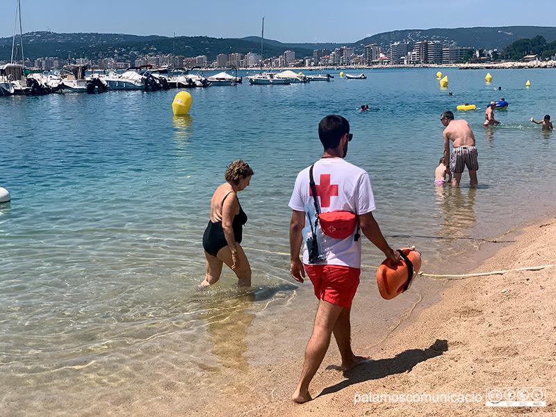 Un socorrista de Creu Roja, el passat estiu a la platja Gran de Palamós.
