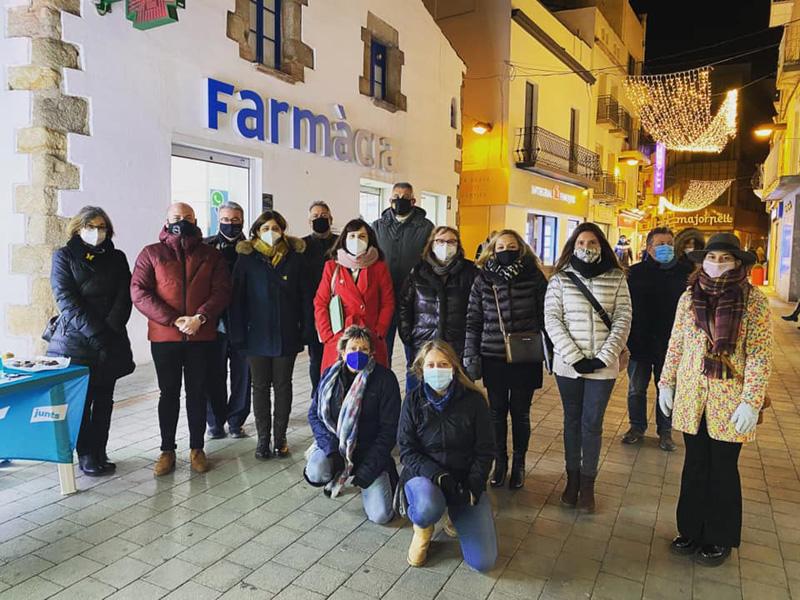 Parada de recollida d'avals de JxCat al carrer Major. (Foto: Junts per Catalunya Palamós i Sant Joan).