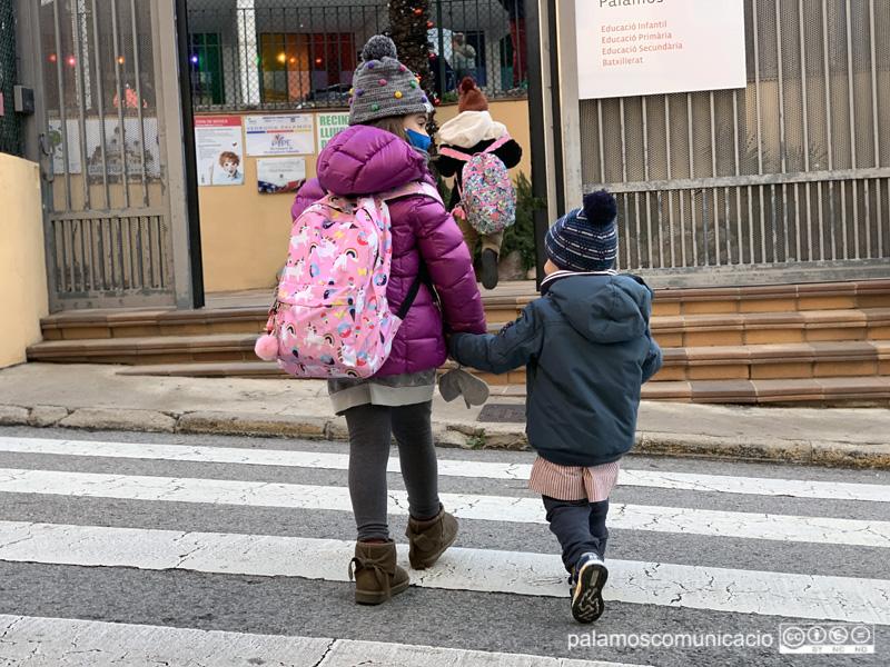 Alumnes de l'escola Vedruna tornant avui a classe.
