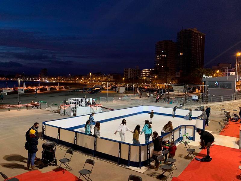 En primer terme, la pista de gel sintètic que s'ha instal·lat aquest Nadal a l'estenedor de xarxes. (Foto: Ajuntament de Palamós).