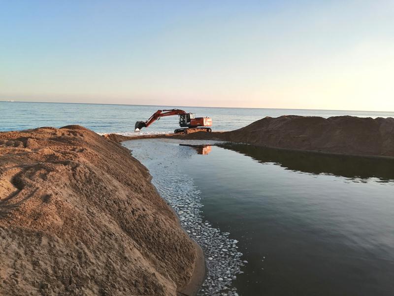 El temporal de mar havia provocat una acumulació de sorra a la riera de Calonge. (Foto: Ajuntament de Calonge i Sant Antoni).