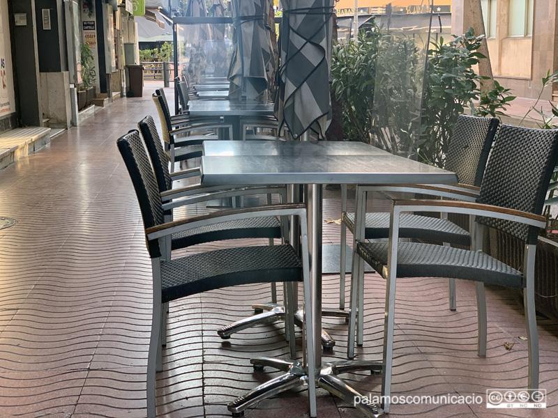Terrassa buida d'un bar de Palamós.