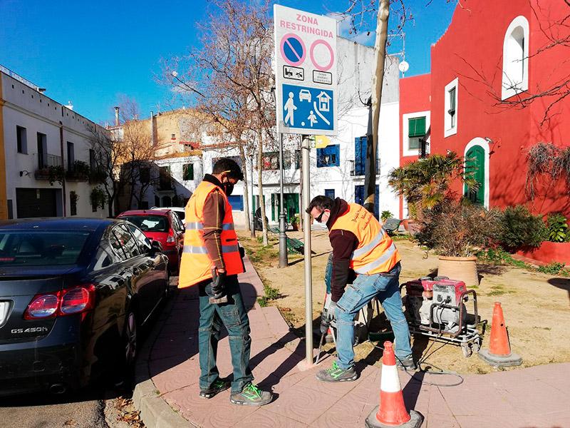 Operaris de la Brigada Municipal instal·lant la nova senyalització viària al barri Vell. (Foto: Ajuntament de Palamós).