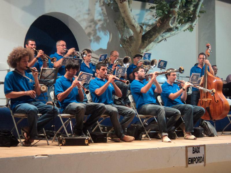 Imatge d'arxiu de la Cobla Baix Empordà tocant al 44è Aplec de la Sardana de Palamós. (Foto: Cobla Baix Empordà).