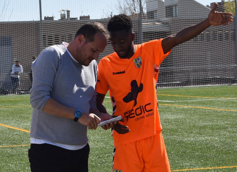 Dembo, rebent instruccions de Joan Mármol, en un partit de la passada temporada. (Foto: Sergi Cortés).