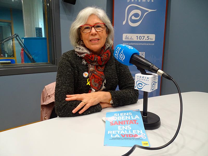 Roser Huete, regidora de la CUP Palamós-Vila-romà, amb el cartell de la campanya 'Si ens roben la sanitat, ens retallen la vida'.