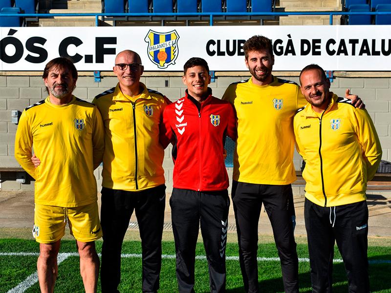 Marc Comalada, de vermell al centre de la imatge, amb la resta de components de l'staff del Palamós CF. (Foto: Palamós CF).