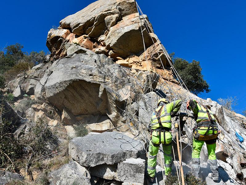 Obres d'estabilització de roques a Castellbarri. (Foto: Ajuntament de Calonge i Sant Antoni).