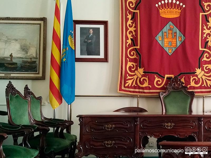 Imatge d'arxiu de la sala noble de l'Ajuntament de Palamós amb el retrat del rei Felip VI.