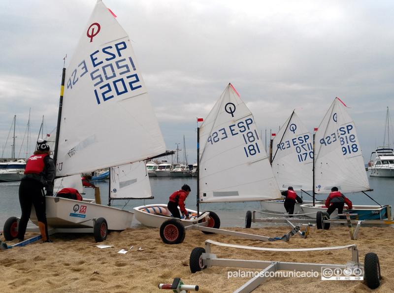Joves regatistes a punt de fer una regata d'entrenament en una edició del Palamós Optimist Trophy.