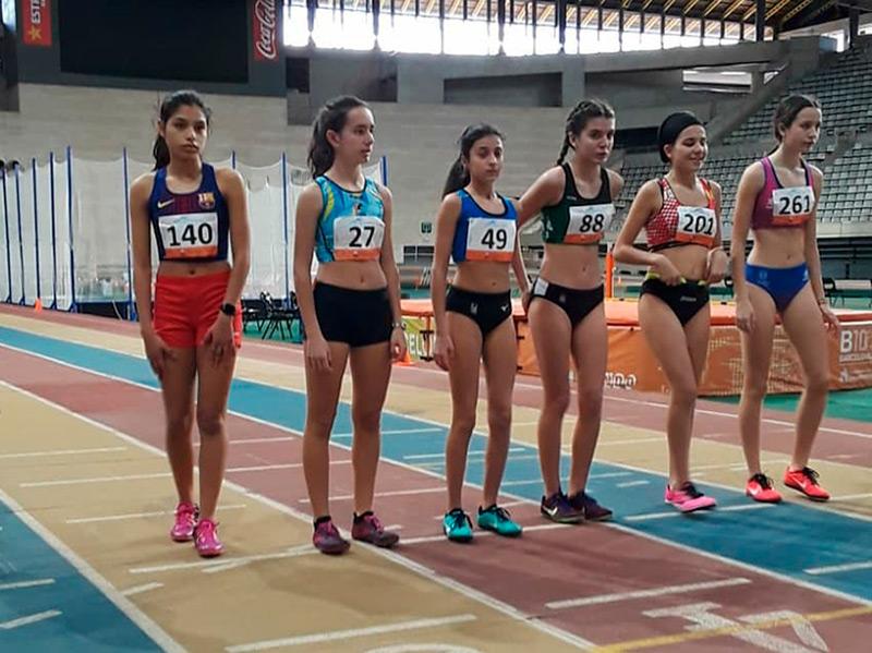 Mireia Fita, amb el dorsal 27, abans de la seva final dels 1.000 metres. (Foto: AA Palamós).