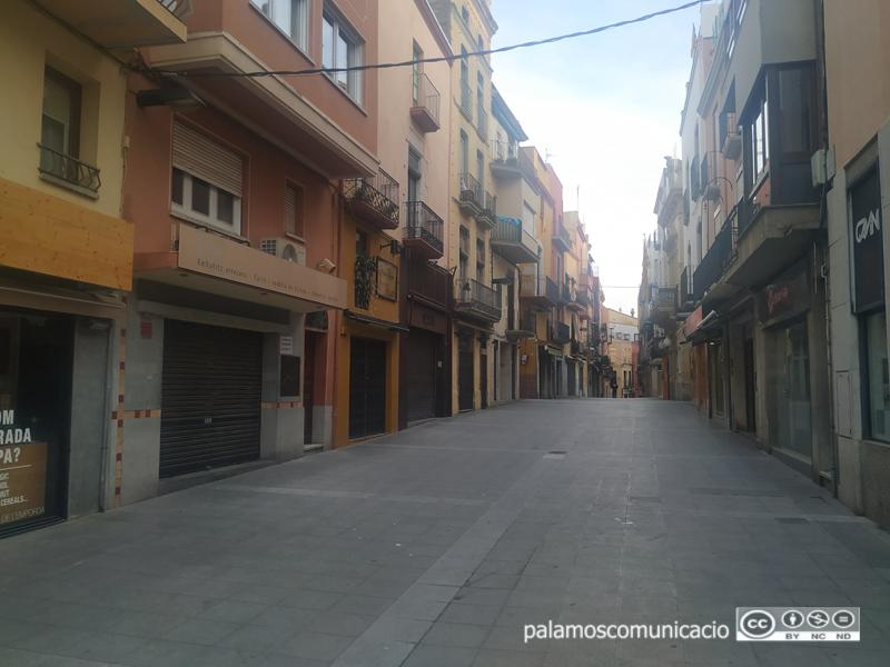 El carrer Major de Palamós completament buït, durant l'estat d'alarma pel coronavirus.