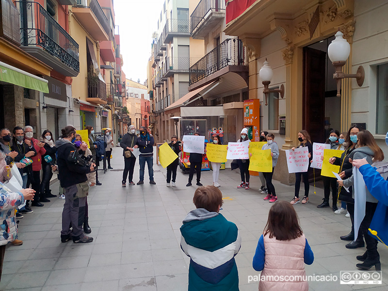 Concentració organitzada per l'AFA de La Salle Palamós, avui davant l'Ajuntament.