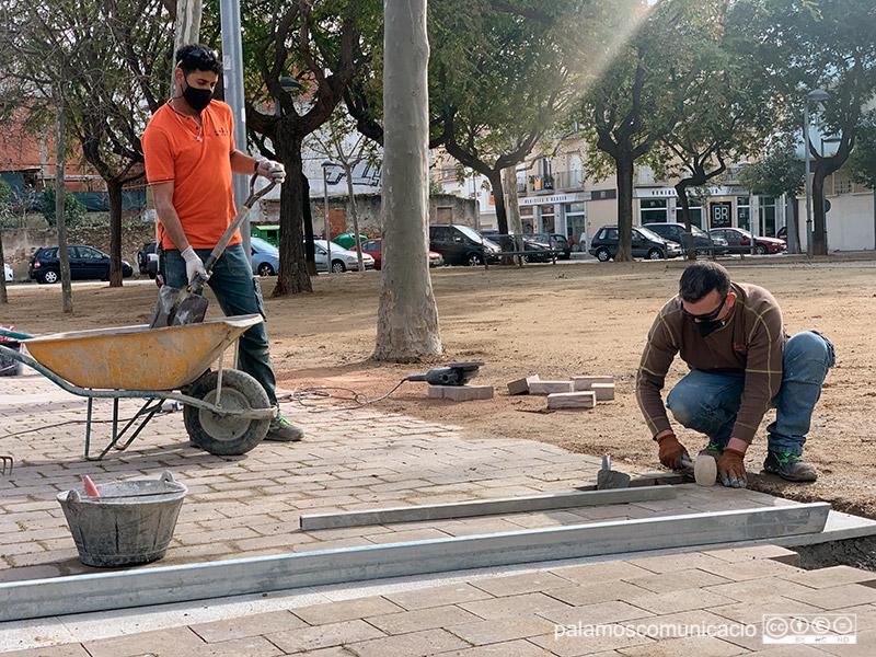 Operaris de la Brigada Municipal reparant panots malmesos a la plaça del Suro, aquest dimecres.