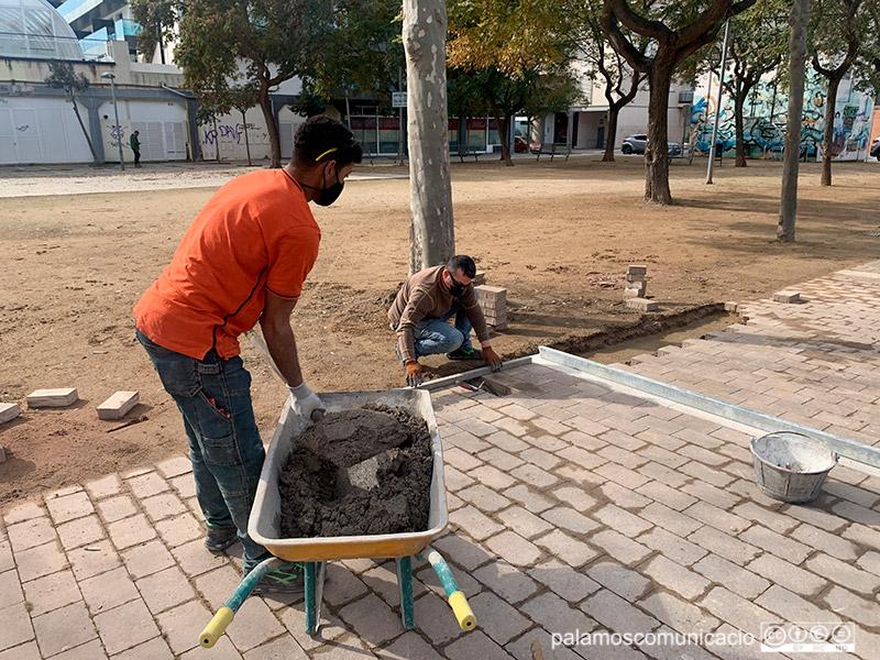 Dos operaris de la Brigada Municipal treballant a la Plaça del Suro.