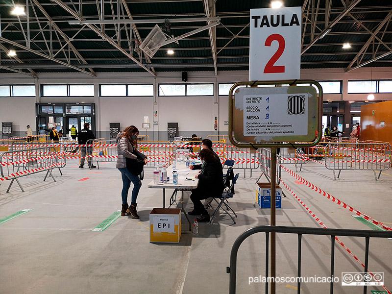 Mesa electoral a la Nau dels 50 metres.