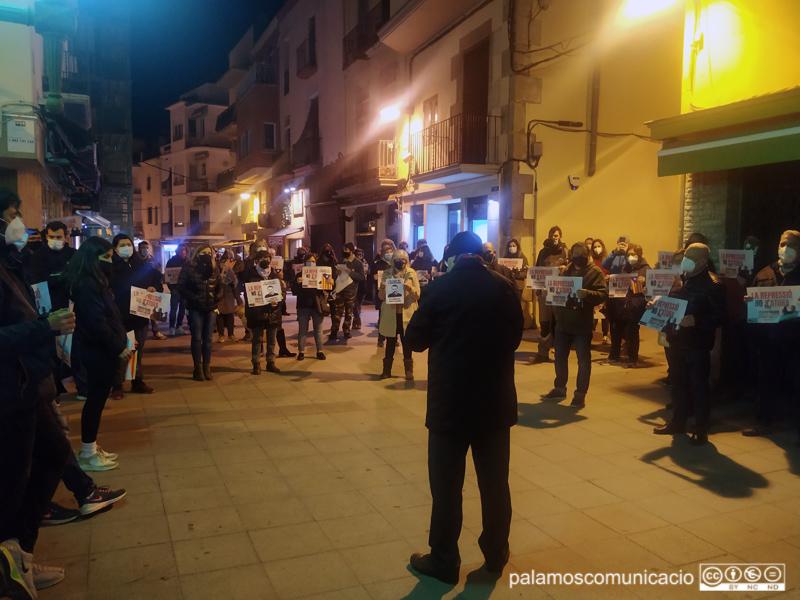 La concentració va aplegar una seixantena de persones davant l'Ajuntament.
