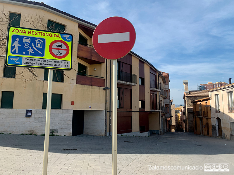 L'entrada del carrer del Pedró, al barri vell de Palamós.