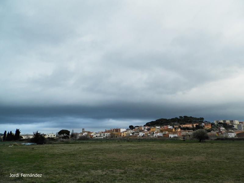 Núvols baixos a Palamós amb l'església de Santa Eugènia al fons. (Foto: J. Fernández tempspalamos.blogspot.com).