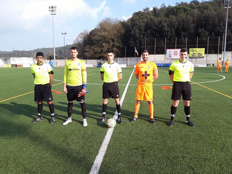 El capità David Cano, amb el seu homòleg del Bescanó i la tripleta arbitral, abans del partit de dissabte. (Foto: Palamós CF).