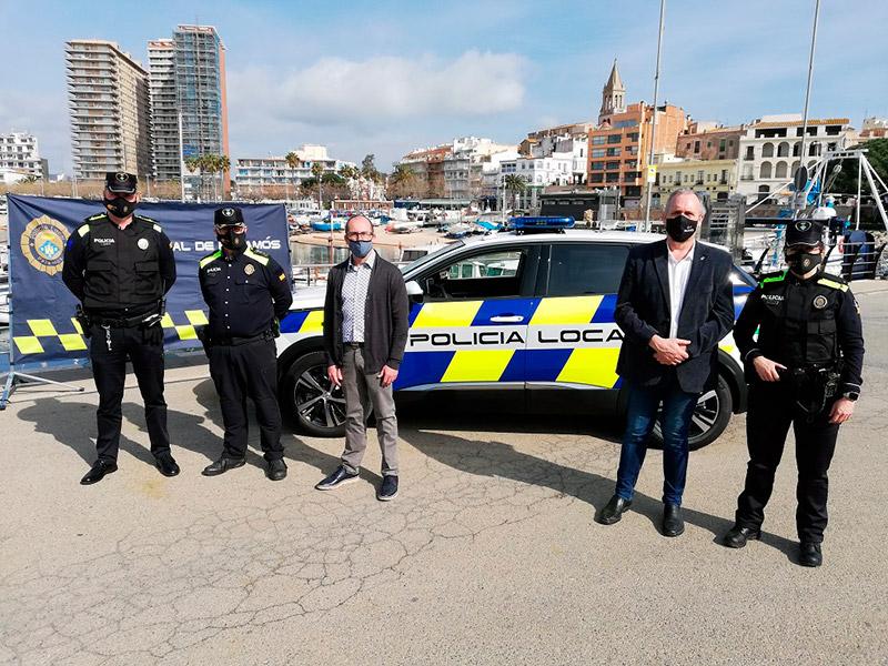 L'alcalde de Palamós i el regidor de Seguretat, davant el nou cotxe patrulla, acompanyats de l'inspector i d'agents de la Policia Local.