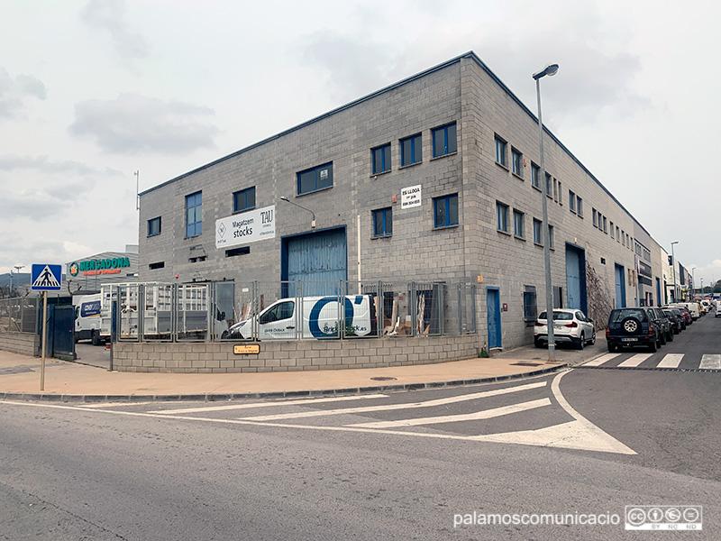 La nau està situada al carrer d'Arnau Sa Bruguera, 6, al polígon industrial de Sant Joan.
