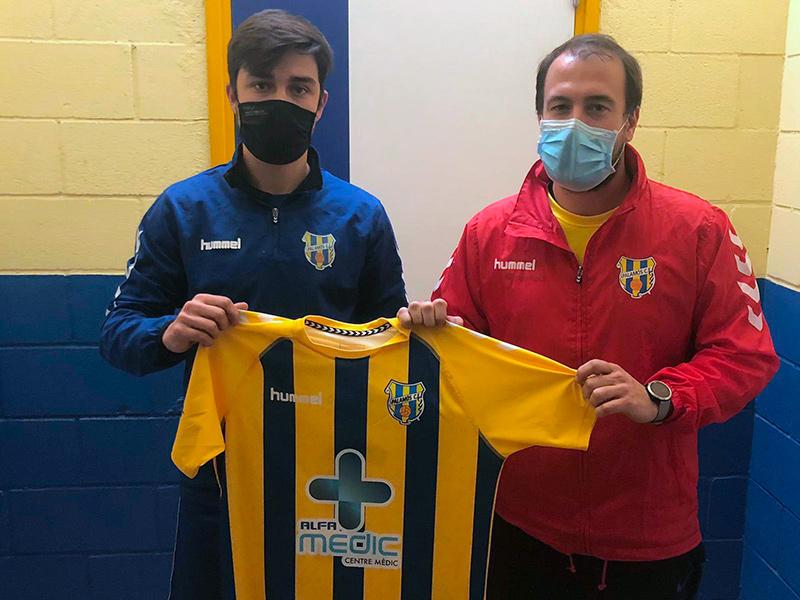 Roger Mora, al costat del director esportiu del Palamós, Josep Rochés. (Foto: Palamós CF).