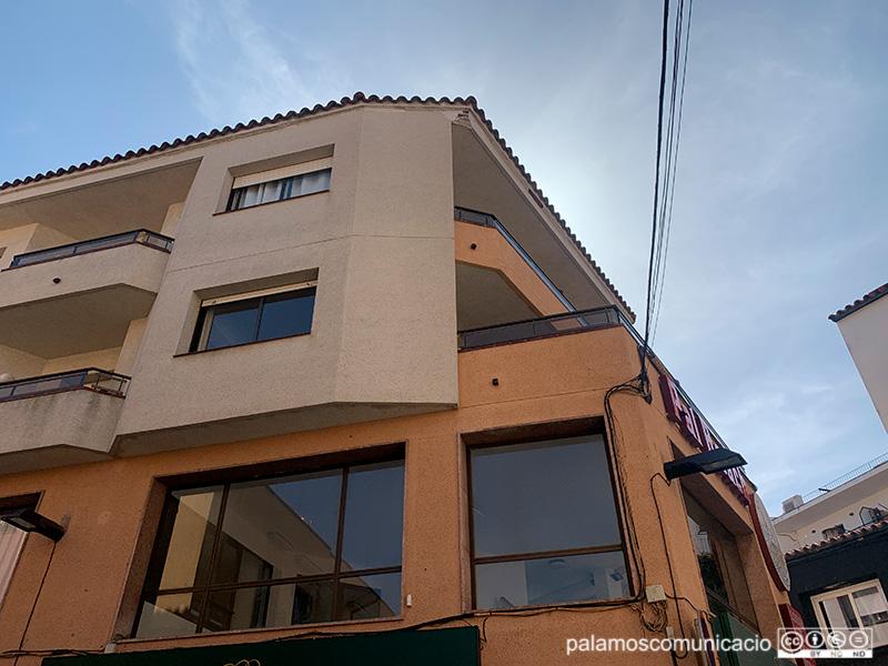 Edifici del carrer de López Puigcerver on es van desprendre elements d'una façana.