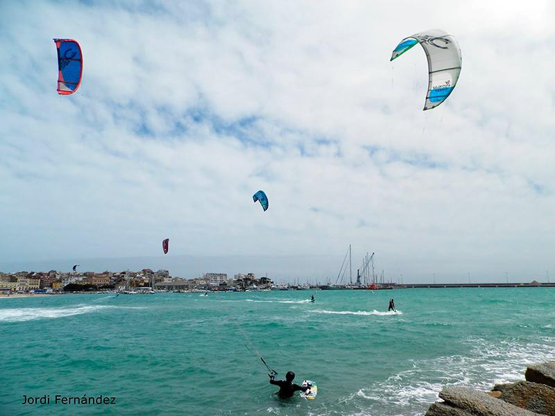 Esportistes practicant kitesurf a la badia de Palamós en una imatge d'arxiu. (Foto: Jordi Fernández).