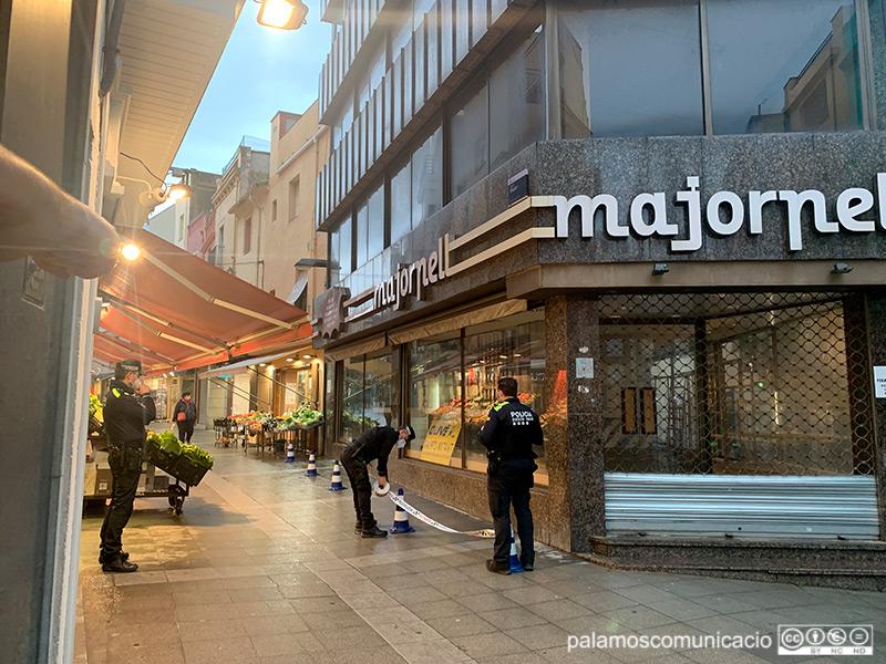 Efectius de la Policia Local acordonen la zona on es va produir el despreniment de la façana.