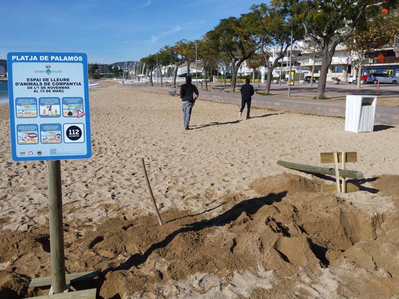 La platja Gran de Palamós disposa d'un espai reservat per a gossos, però només de l'1 de novembre i fins al 15 de març.