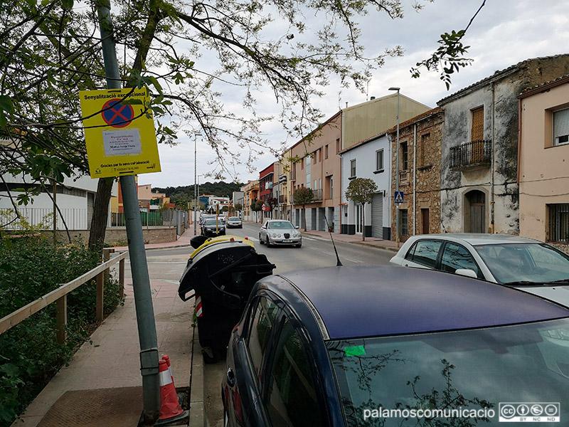 El carrer d'Àngel Guimerà, senyalitzat amb motiu del