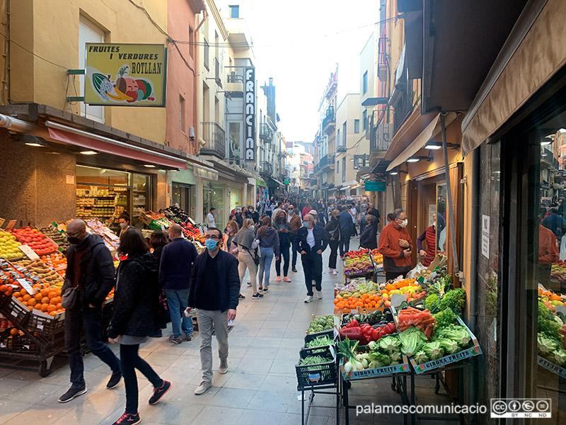 El carrer Major de Palamós, ple de gent el divendres de Setmana Santa.