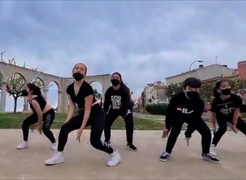 Alumnes de La Fàbrica de la Dansa, en una captura del videoclip.